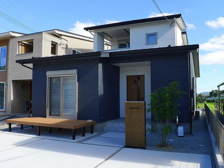 ほぼ平屋×勾配天井×緑の柱×こだわりキッチン